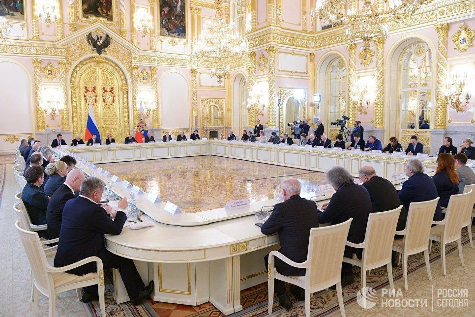 Путин ушел с совещания Совета покультуре иискусству из-за телефонного звонка