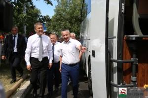 Фольклорному ансамблю песни и танца «Мирас» вручены ключи от нового автобуса