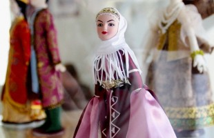 В выставочном зале «Ижад» открылась выставка «Куклы мира»