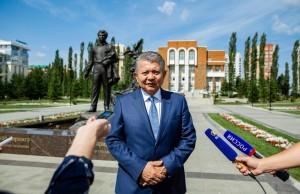 Посол Киргизии в России возложил цветы к памятнику Мустаю Кариму