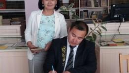 Казахский поэт Саят Камшыгер посетил Национальную библиотеку РБ